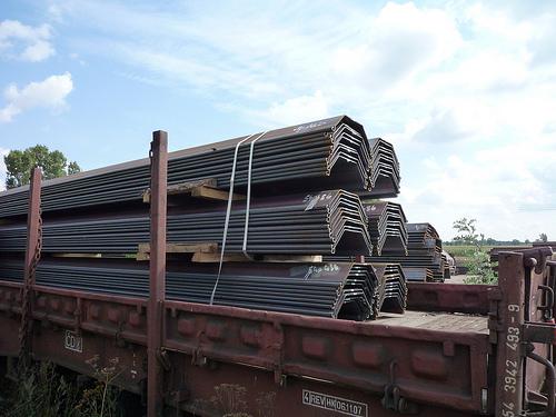 Anlieferung von Spundbohlen und U- Profilen, Neumaterial vom Walzwerk per Bahn,