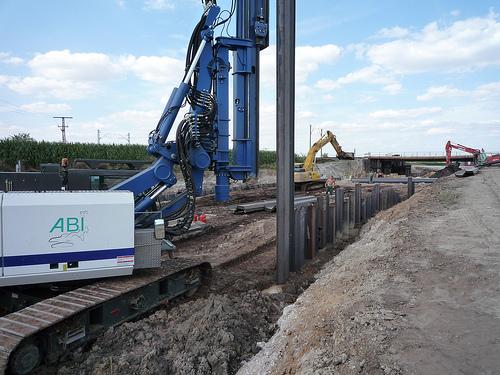 Neubau Umgehungsstrasse in Halle, Lieferung von Larssen VL 603, Einzelbohlen und Doppelbohlen für Spundwand