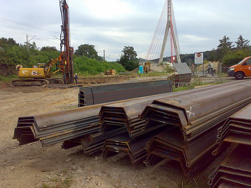 Lieferung von Spundbohlen und Stahlträgern für das Bauvorhaben neue Elbe-Brücke in Coswig